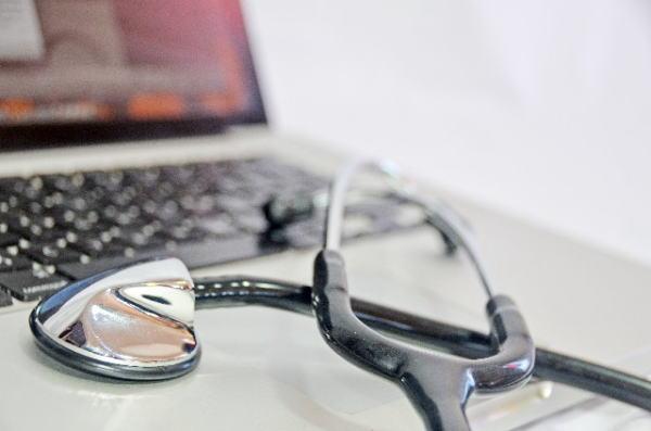 聴診器とノートパソコン